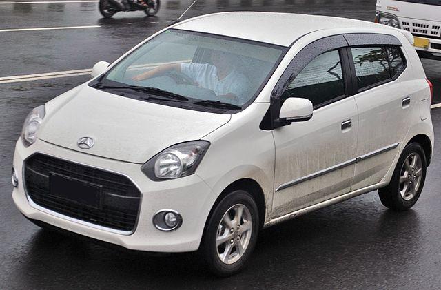 gambar foto mobil daihatsu ayla warna putih terbaru tipe d x mt